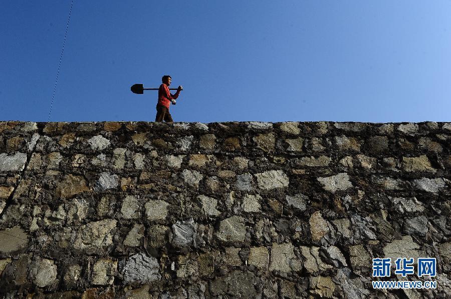 在陕西省神木县店塔镇马家梁村,煤矿企业出资为村民修建道路,治理塌